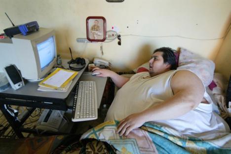 Толстый человек за компьютером